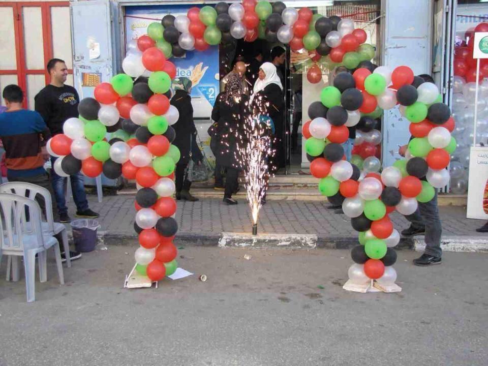 بالونات تحمل ألوان العلم الفلسطيني و تمثل الرقم 40 عاما من التعاون بين أبوصلاح و سبيتاني